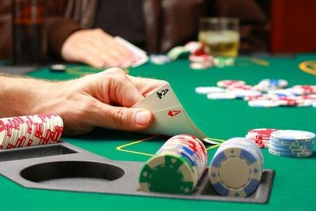 Как проходит сдача карт и торговля в покере?