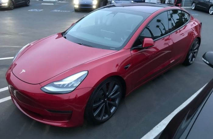 Электрокар Tesla 3 появится в Европе в середине 2019 года