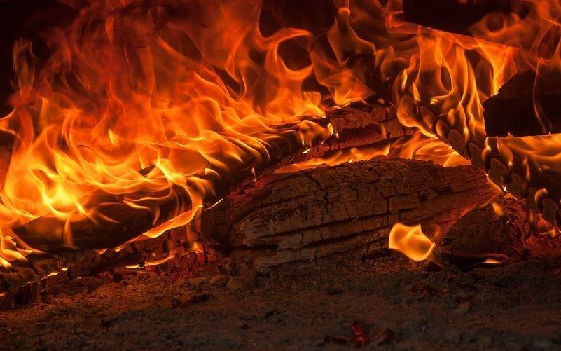 В Щучине из горящей квартиры вынесли мужчину