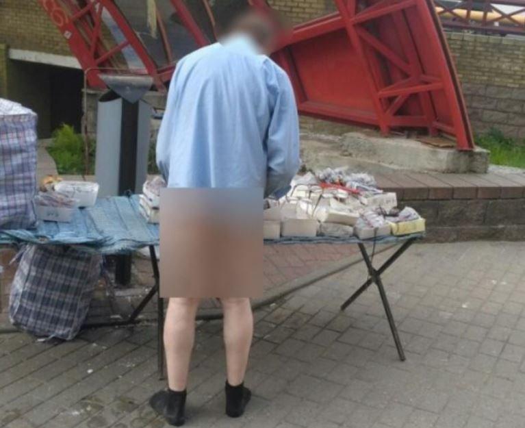 Голый мужчина продавал очки на рынке в Гродно