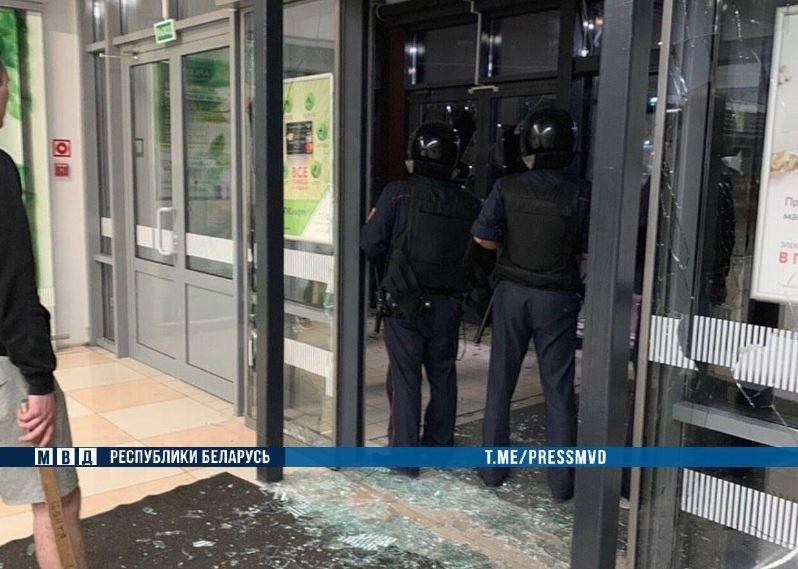 брест, гипермаркет евроопт, нападение, парень, топор, стекла, витрины, милиция, задержание