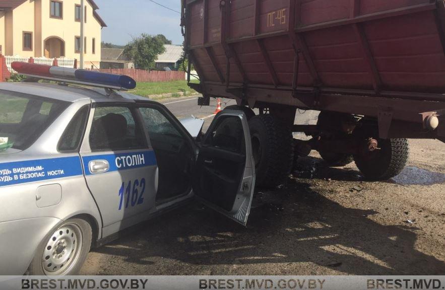 В Столинском районе автомобиль ГАИ врезался в трактор