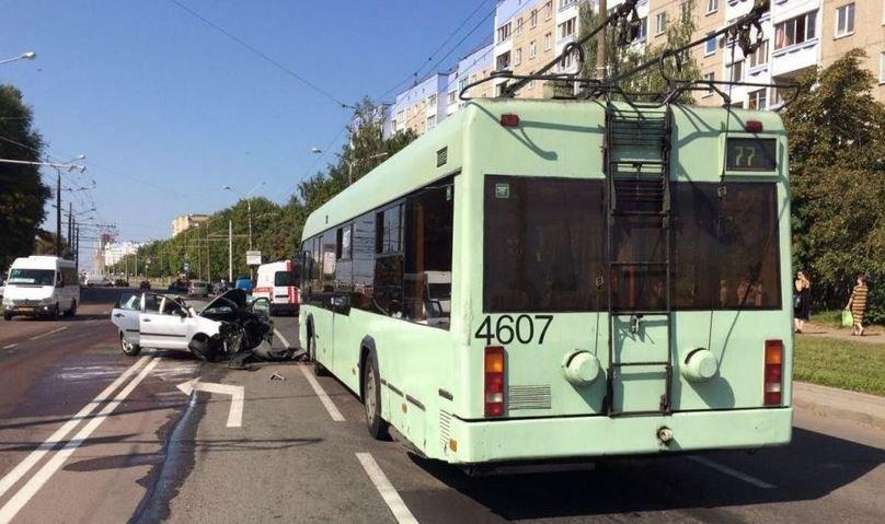 В Минске жещина-водитель врезалась в троллейбус