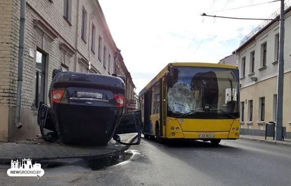 В Гродно «Форд» врезался в автобус и перевернулся на крышу