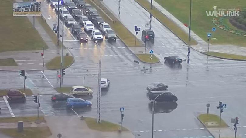 В Бресте водитель дрифтовал и задом врезался в светофор