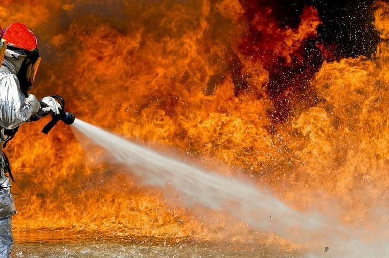 В Петрикове из-за пожара в квартире эвакуировали восемь человек