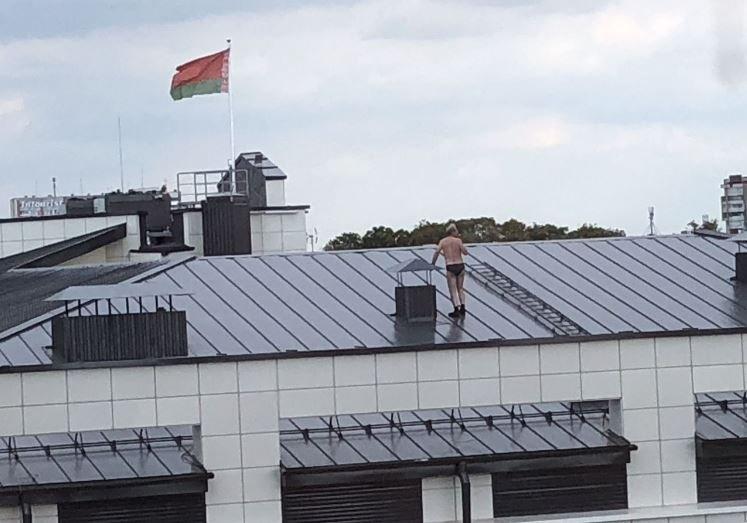 Полуголый мужчина гулял на крыше Дома правосудия в Бресте