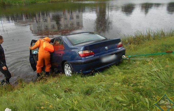 В Орше в реку съехал пустой автомобиль