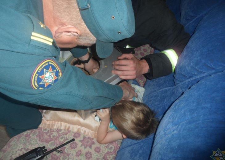 В Жлобине рука ребенка застряла в аудиоколонке
