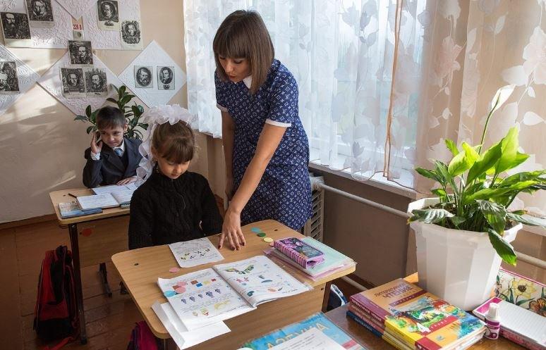 В Беларуси повысили зарплаты сельским учителям