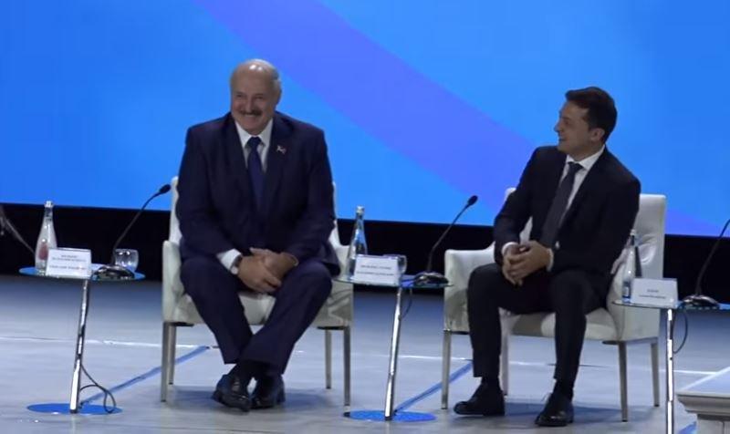 Лукашенко предложил Зеленскому чокнуться бокалами с водой и рассмешил зал