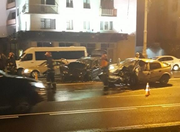 Автоледи устроила массовое ДТП возле Академии Наук