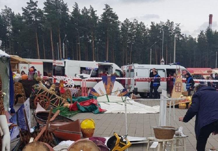 В Борисове сильный ветер опрокинул палатку: пострадали пять человек