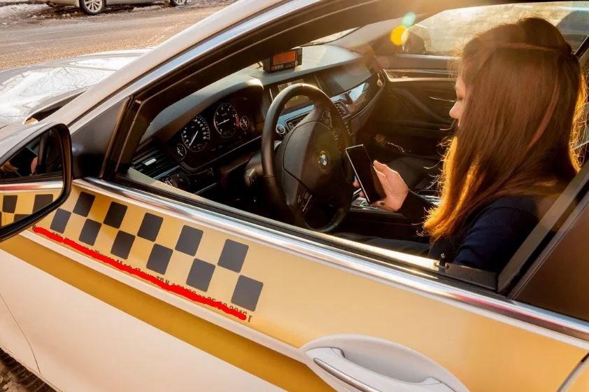В Гомеле пьяный пассажир приставал к женщине-таксисту