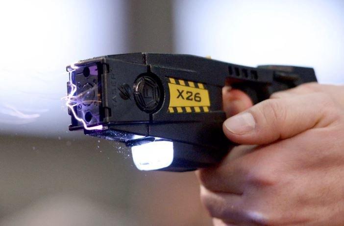 В Гомеле подростки испробовали электрошокер на школьнике