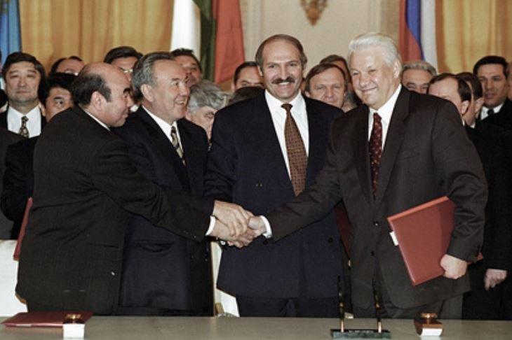 """Лукашенко вспомнил, как """"бегал за пивом"""" для глав стран СНГ"""