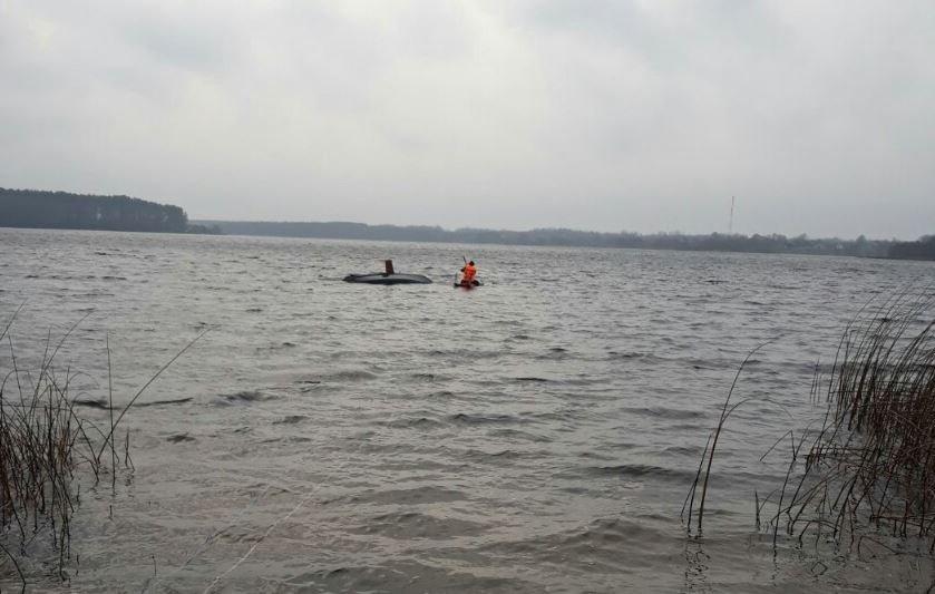 Лодка с тремя рыбаками перевернулась в Крупском районе