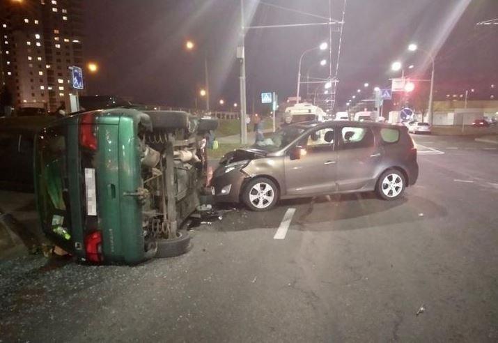 В Минске Peugeot врезался в Renult и разбил Dodge