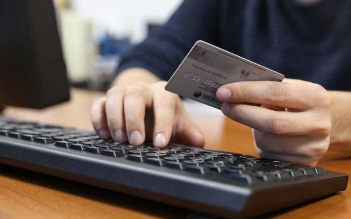 В Беларуси разрешили снимать деньги с карточек в магазинах