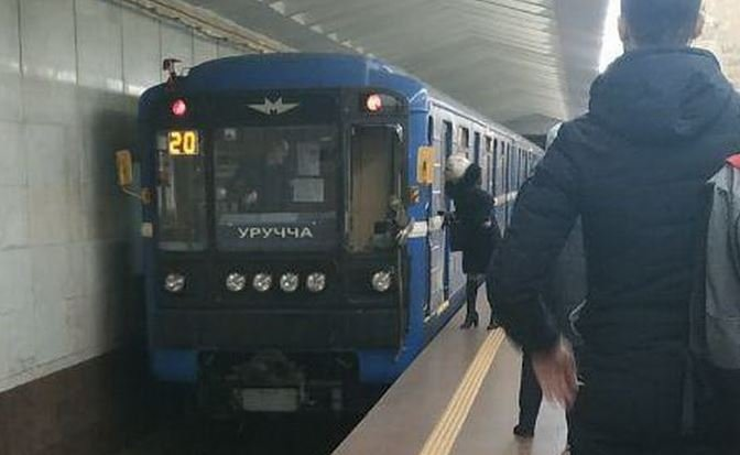 Мужчина разбил стекло и влетел в кабину машинистов в минском метро