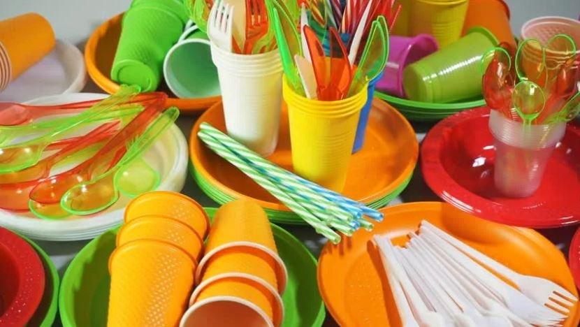 Одноразовую пластиковую посуду в общепите запретят с 2021 года