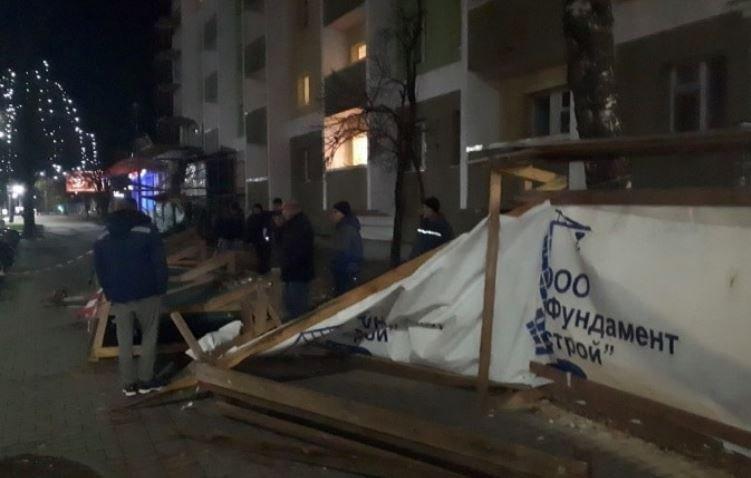 В Гродно на женщину обрушился строительный забор