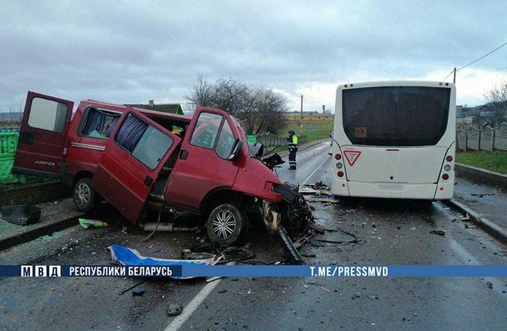 Под Молодечно столкнулись микроавтобус и пассажирский МАЗ