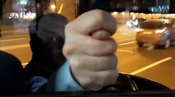 Водитель автобуса показал фигу пассажиру в Минске