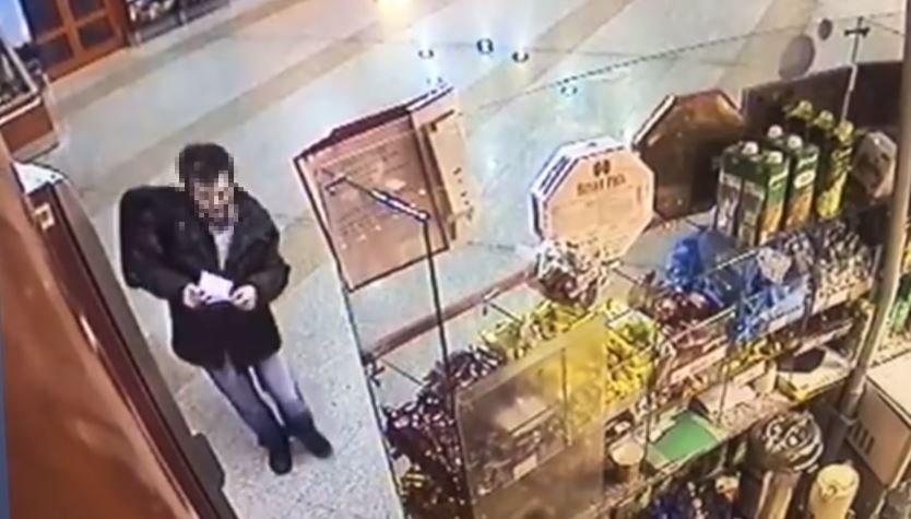 У уснувшей продавщицы на вокзале украли 1000 долларов