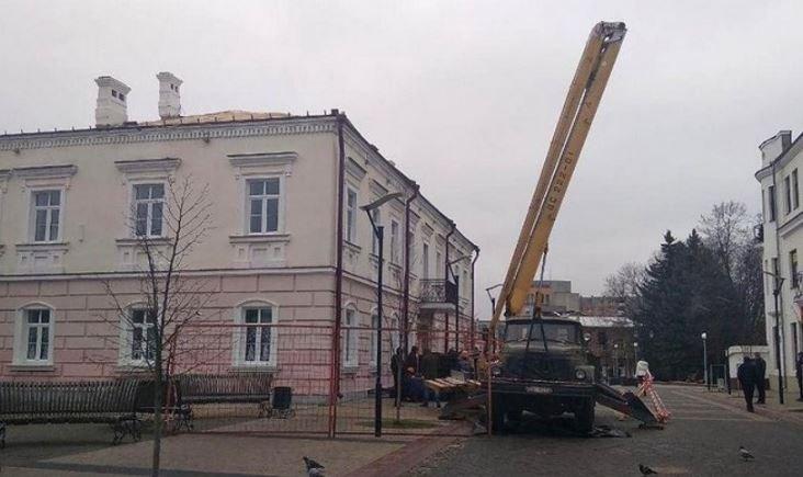 Кровельщик упал с крыши дома в Пинске и погиб