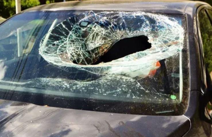 В Минске пьяный парень разбил лобовое стекло Audi банкой огурцов