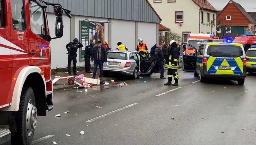 Автомобиль въехал в толпу людей в Германии