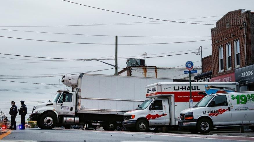 В Нью-Йорке нашли брошенные грузовики с сотней трупов