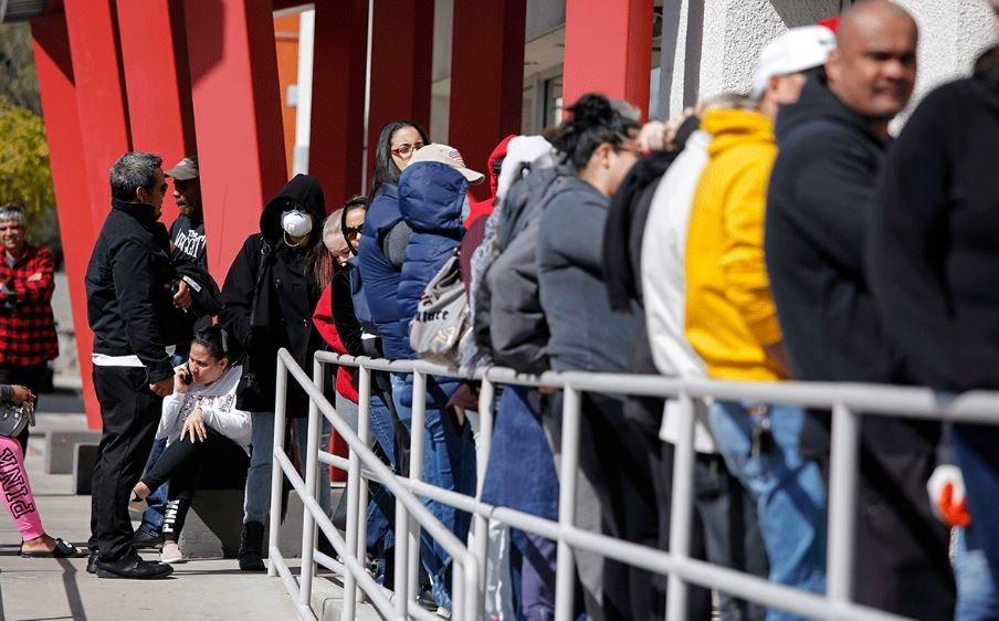 Более 40 млн американцев обратились за пособием по безработице