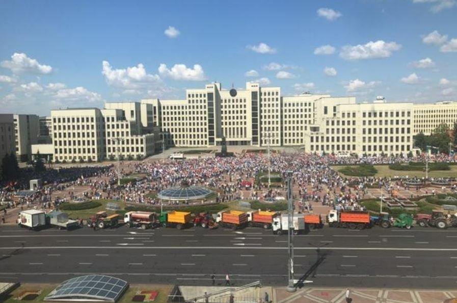 Лукашенко на митинге отверг проведение повторных выборов