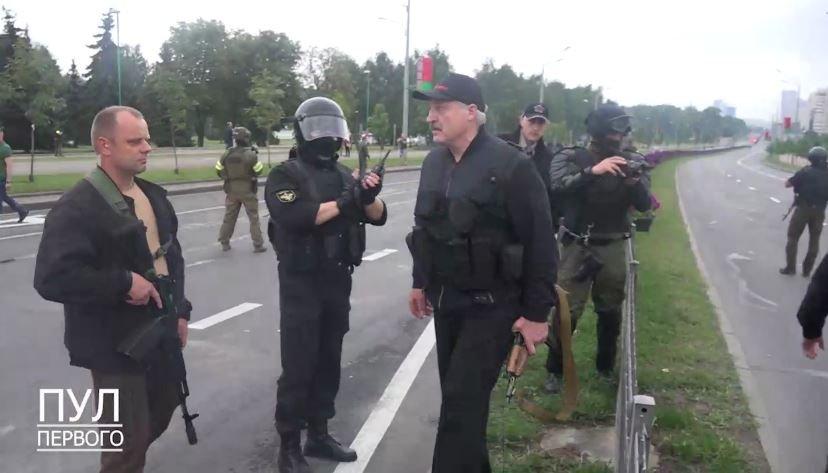 Лукашенко прилетел в Минск с автоматом в руках