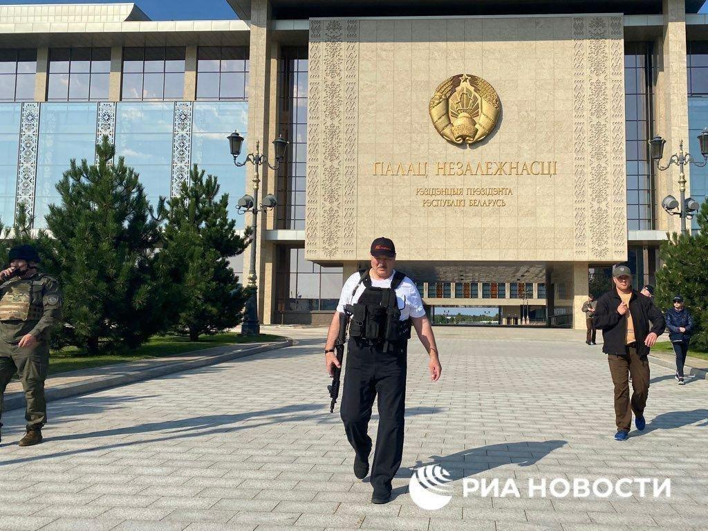 Лукашенко снова появился у своей резиденции с автоматом
