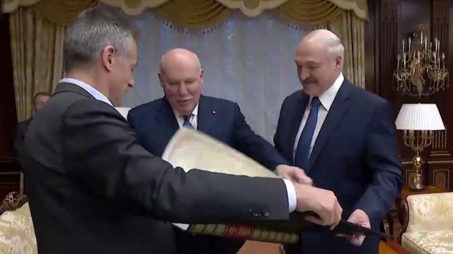 Посол РФ подарил Лукашенко старую карту с Беларусью в составе России