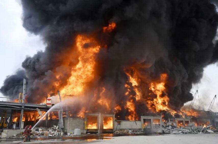 Президент Ливана считает саботаж причиной пожара в Бейруте