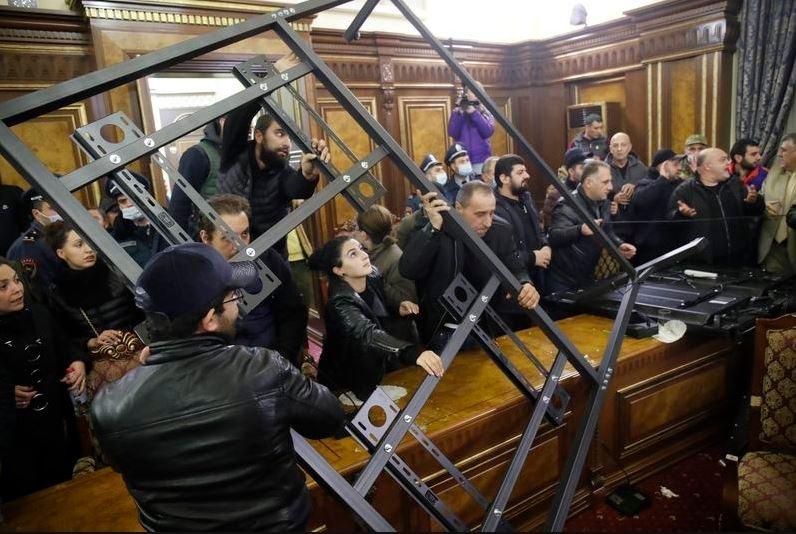 Протестующие в Ереване захватили здание парламента