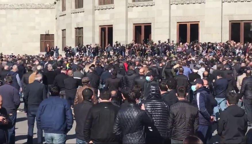 В центре Еревана начались столкновения между протестующими и полицией