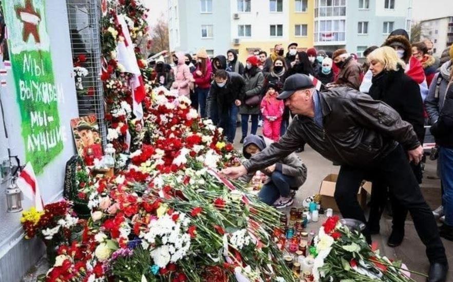 Лукашенко потребовал сносить стихийные мемориалы в память о погибших протестующих
