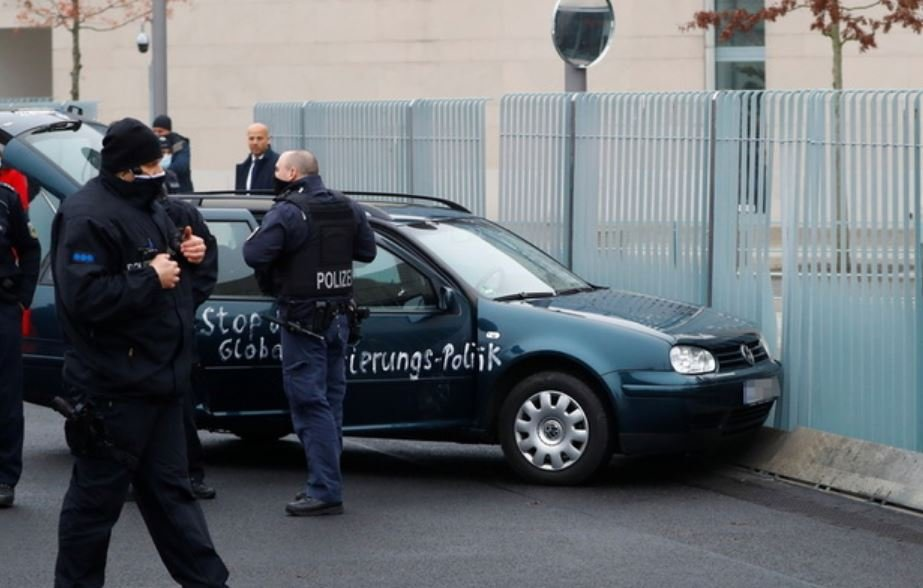 Автомобиль врезался в ограждение резиденции Меркель в Берлине