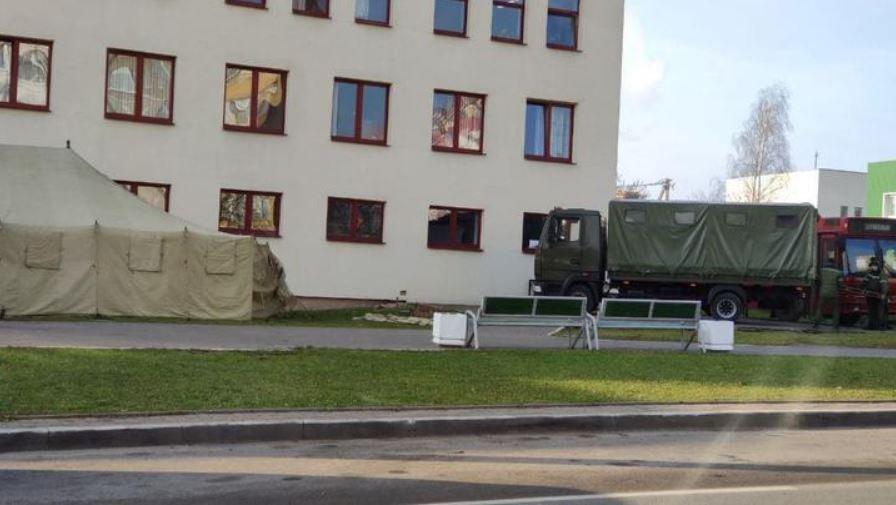 Возле минских поликлиник появились военные палатки