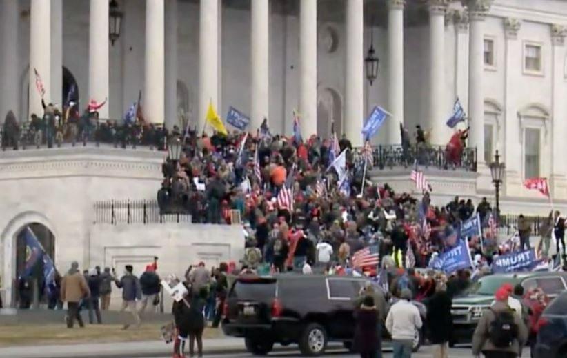 Протестующие ворвались в Капитолий и захватили зал заседаний Сената