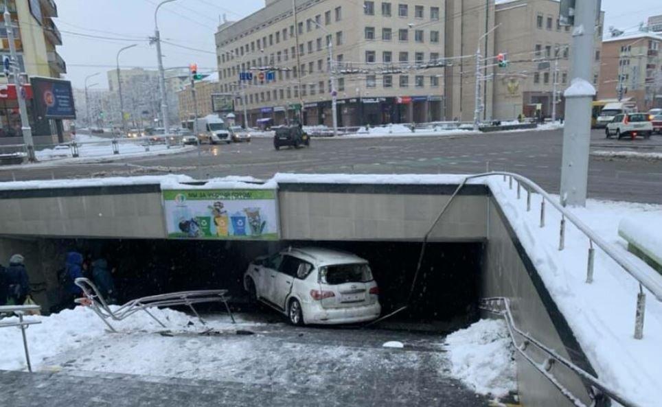 Легковой автомобиль въехал в пешеходный переходе возле рынка «Комаровка»