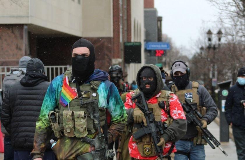 Вооруженные американцы начали собираться возле здания парламента в Мичигане