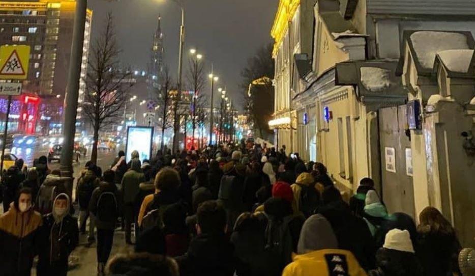Полиция задержала протестующих возле СИЗО, где держат Навального