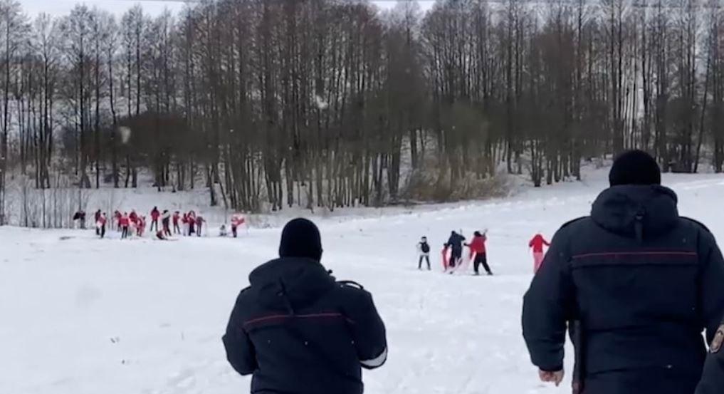 В Беларуси задержали группу лыжников с протестной атрибутикой, пытавшихся провести незаконное мероприятие.