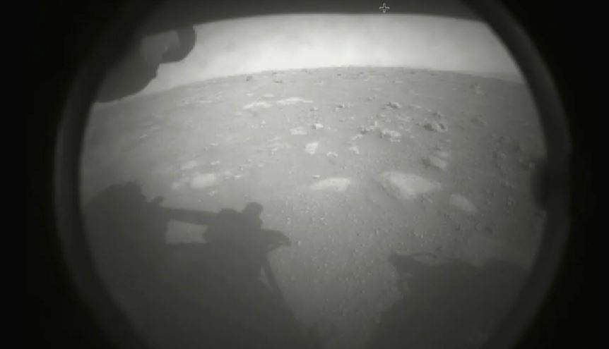 Марсоход Perseverance прислал на Землю первые снимки с места посадки